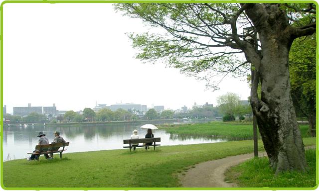 湖畔に佇む人々